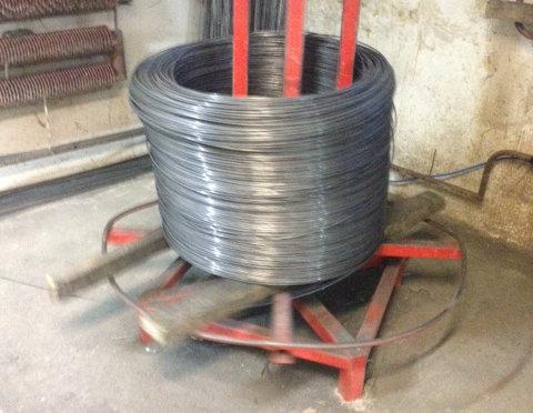 Produkcja paneli ogrodzeniowych: Pręty do produkcji paneli dostarczane są w rolkach.