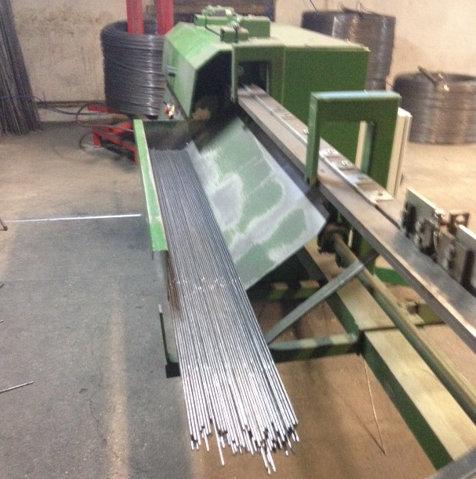 Produkcja paneli ogrodzeniowych: Następnie pręty są prostowane i cięte do odpowieniej długości poza linią produkcyjną.