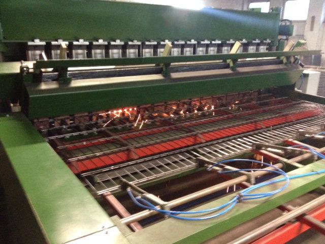 Produkcja paneli ogrodzeniowych: Następuje proces zgrzewania prętów.