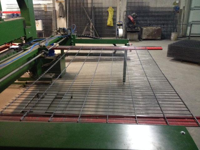 Produkcja paneli ogrodzeniowych: Gotowy panel ogrodzeniowy wysuwany jest ze zgrzewarki.